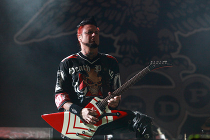Ein harter Schlag - Fotos: Five Finger Death Punch live bei Rock im Revier 2015